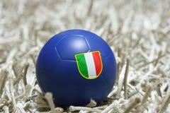 Balón de fútbol azul con el indicador Imagenes de archivo