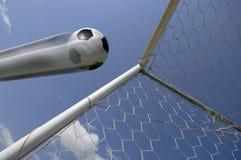 Balón de fútbol - balompié en meta Fotos de archivo libres de regalías