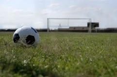 Balón de fútbol - balompié y meta foto de archivo