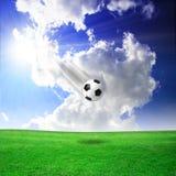 Balón de fútbol, campo verde, cielo Fotos de archivo libres de regalías