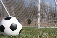 Balón de fútbol cerca de la meta Imágenes de archivo libres de regalías