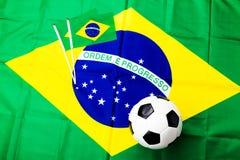 Balón de fútbol con la bandera brasileña Imagen de archivo libre de regalías