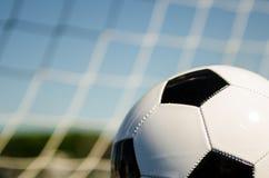 Balón de fútbol con la red fotos de archivo libres de regalías