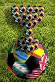 Balón de fútbol con la taza, Suráfrica, 2010 Imagenes de archivo