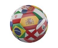 Balón de fútbol con las banderas aisladas en el fondo blanco, España en el centro, representación 3d ilustración del vector