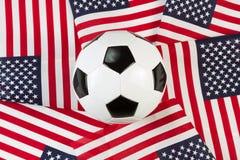 Balón de fútbol con las banderas de los Estados Unidos de América Fotos de archivo