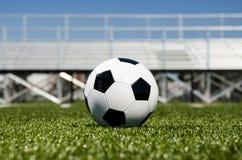 Balón de fútbol con los soportes en fondo foto de archivo libre de regalías