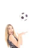 Balón de fútbol de cogida rubio magnífico Fotos de archivo libres de regalías