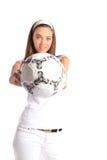 Balón de fútbol de la explotación agrícola de la mujer joven fotos de archivo
