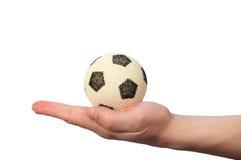 Balón de fútbol del asimiento de la mano Foto de archivo libre de regalías