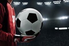 Balón de fútbol del control del portero del fútbol Imagen de archivo libre de regalías