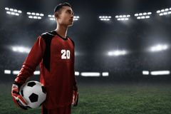 Balón de fútbol del control del portero del fútbol Fotografía de archivo