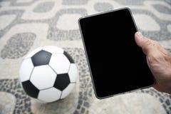 Balón de fútbol del fútbol con la tableta en Rio de Janeiro Brazil Imagen de archivo