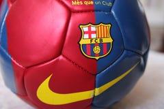 Balón de fútbol del FC Barcelona en campo de fútbol Fotos de archivo