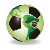Balón de fútbol del mundo con la bandera brasileña Foto de archivo