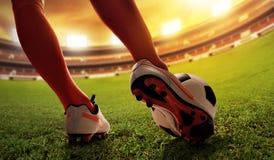 Balón de fútbol del tiroteo del jugador de fútbol Foto de archivo libre de regalías