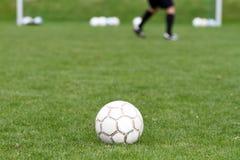 Balón de fútbol delante de la meta Imágenes de archivo libres de regalías