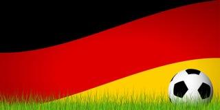 balón de fútbol delante de la bandera alemana Imágenes de archivo libres de regalías