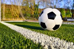 Balón de fútbol detrás de la línea de meta Foto de archivo libre de regalías