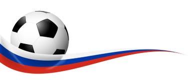 balón de fútbol detrás de la bandera rusa Imagenes de archivo