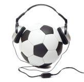 Balón de fútbol en auriculares Imagen de archivo