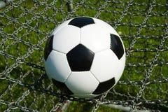 Balón de fútbol, fútbol en cadenas fotografía de archivo libre de regalías