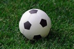 Balón de fútbol en campo Fotos de archivo libres de regalías