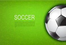 Balón de fútbol en campo Fotos de archivo