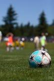 Balón de fútbol en campo Imágenes de archivo libres de regalías