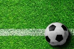Balón de fútbol en campo con el espacio de la copia Imagen de archivo libre de regalías