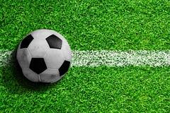 Balón de fútbol en campo con el espacio de la copia Imagen de archivo