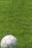 Balón de fútbol en campo de fútbol Imagen de archivo
