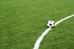 Balón de fútbol en campo de fútbol con la línea de la curva Imagenes de archivo