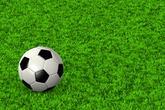 Balón de fútbol en campo de hierba Fotografía de archivo libre de regalías