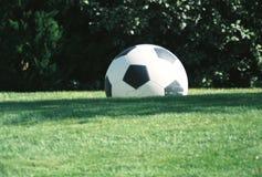 Balón de fútbol en campo herboso fotos de archivo libres de regalías