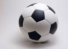 Balón de fútbol en el backround blanco Imagen de archivo