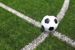 Balón de fútbol en el campo Imagen de archivo libre de regalías