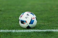 Balón de fútbol en el campo antes del partido Aris contra Panathinaikos Imagen de archivo libre de regalías