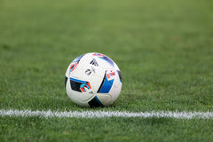 Balón de fútbol en el campo antes del partido Aris contra Panathinaikos Fotografía de archivo libre de regalías