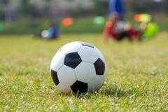 Balón de fútbol en el estadio de fútbol Fotografía de archivo