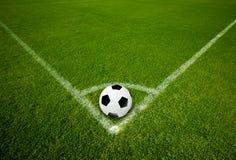 Balón de fútbol en el punto de la esquina Imagenes de archivo