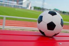 Balón de fútbol en estadio Foto de archivo libre de regalías