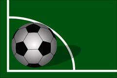 balón de fútbol en fondo del campo de fútbol Imágenes de archivo libres de regalías