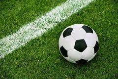 Balón de fútbol en hierba fotografía de archivo