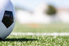 Balón de fútbol en hierba con la sombra fotografía de archivo libre de regalías
