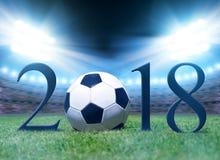 Balón de fútbol en hierba en el estadio de fútbol Imagen de archivo libre de regalías
