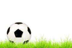 Balón de fútbol en hierba verde Fotos de archivo