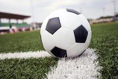 Balón de fútbol en hierba verde Foto de archivo