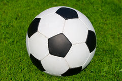 Balón de fútbol en hierba verde Fotos de archivo libres de regalías