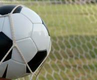 Balón de fútbol en la meta, balompié Fotos de archivo libres de regalías
